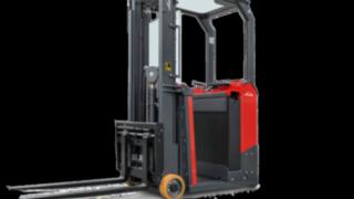 Elektrický vysokozdvižný vozík E10 od společnosti Linde Material Handling je možné všestranně využít dokonce ive velmi těsném prostoru.