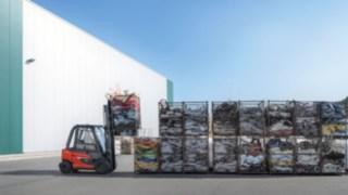 Elektrický vysokozdvižný vozík X35 od společnosti Linde Material Handling při použití venku