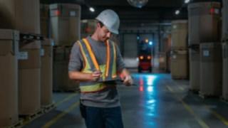 Vyšší bezpečnost ve skladu zajišťuje interaktivní výstražná vesta od společnosti Linde Material Handling.