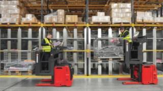 Dva vychystávací vozíky při použití vregálovém skladu