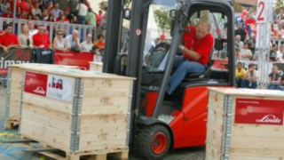 Řidiči vysokozdvižných vozíků od společnosti Linde Material Handling na StaplerCupu 2005 zdolávají parkur