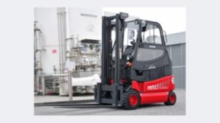 Vysokozdvižný vozík od společnosti Linde Material Handling poháněný palivovými články před vodíkovou nádrží