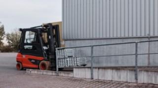 Elektrický vysokozdvižný vozík E35 od společnosti Linde Material Handling přepravuje vreinheimské společnosti Grass GmbH materiál do výroby.
