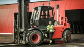 Vysokozdvižný vozík se spalovacím motorem H120D od společnosti Linde Material Handling při práci ve společnosti Norrlands trä