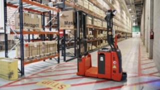 Autonomní vysokozdvižný vozík L-MATIC AC od společnosti Linde Material Handling při provozu ve společnosti Schneider Electric
