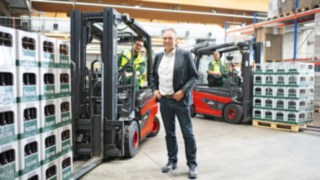 Pracovníci pivovaru Veltins selektrickými vysokozdvižnými vozíky E30 od společnosti Linde Material Handling