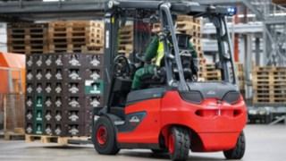 Elektrický vysokozdvižný vozík E30 od společnosti Linde Material Handling nasazený vpivovaru Veltins