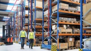 Pracovníci společnosti Yanmar Compact Equipment Europe procházejí nové logistické středisko projektované společností Linde Material Handling.