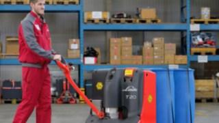 Muž snízkozdvižným paletovým vozíkem T20 od společnosti Linde Material Handling