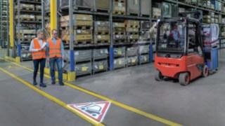 Elektrické a hydraulické pohonné součásti ve vysokozdvižném vozíku retrak svýsuvným sloupem společnosti Linde.