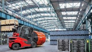 Vysokozdvižný vozík snovými charakteristikami: Dieselový vysokozdvižný vozík Linde H20 – H35 při práci ve skladové hale